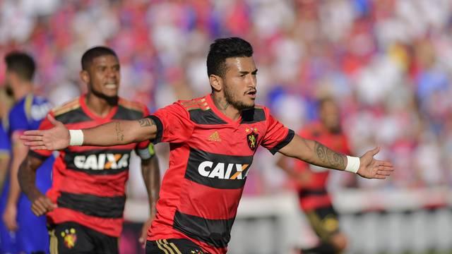 Rogério comemora o gol do Sport sobre o Paraná