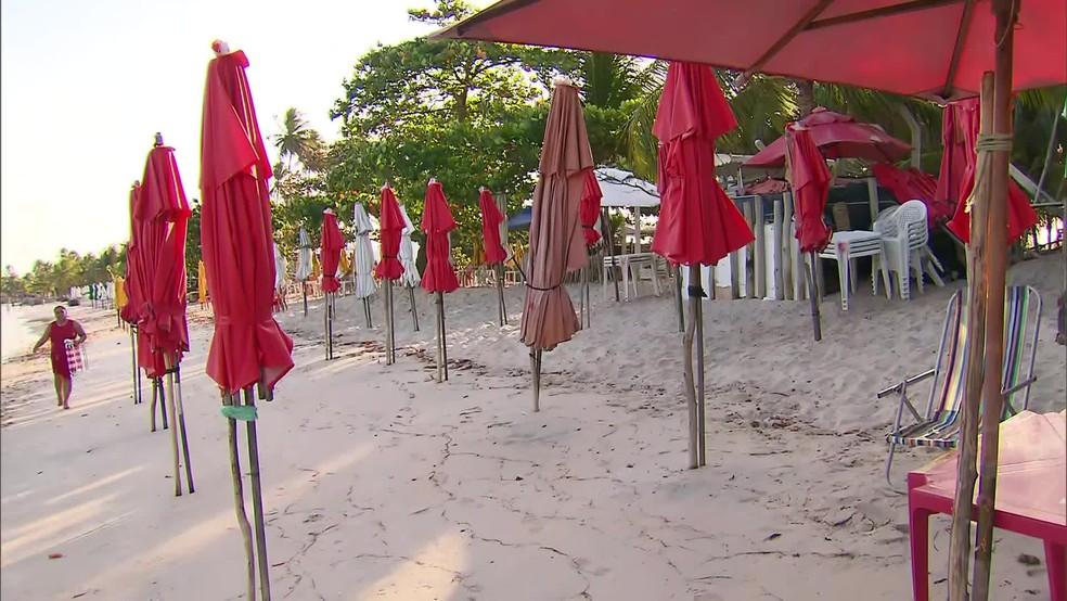 Barracas de praia estão sem clientes no Cabo de Santo Agostinho, uma das cidades de Pernambuco atingidas pelo óleo — Foto: Reprodução/TV Globo
