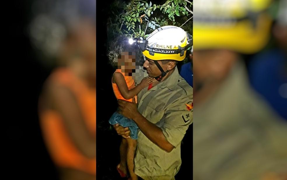Menina foi encontrada assustada e com muito frio, mas sem nenhum, ferimento — Foto: Corpo de Bombeiros/Divulga��o