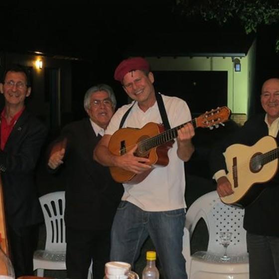Messer (de chapéu) em festa com amigos (Foto: Arquivo pessoal)
