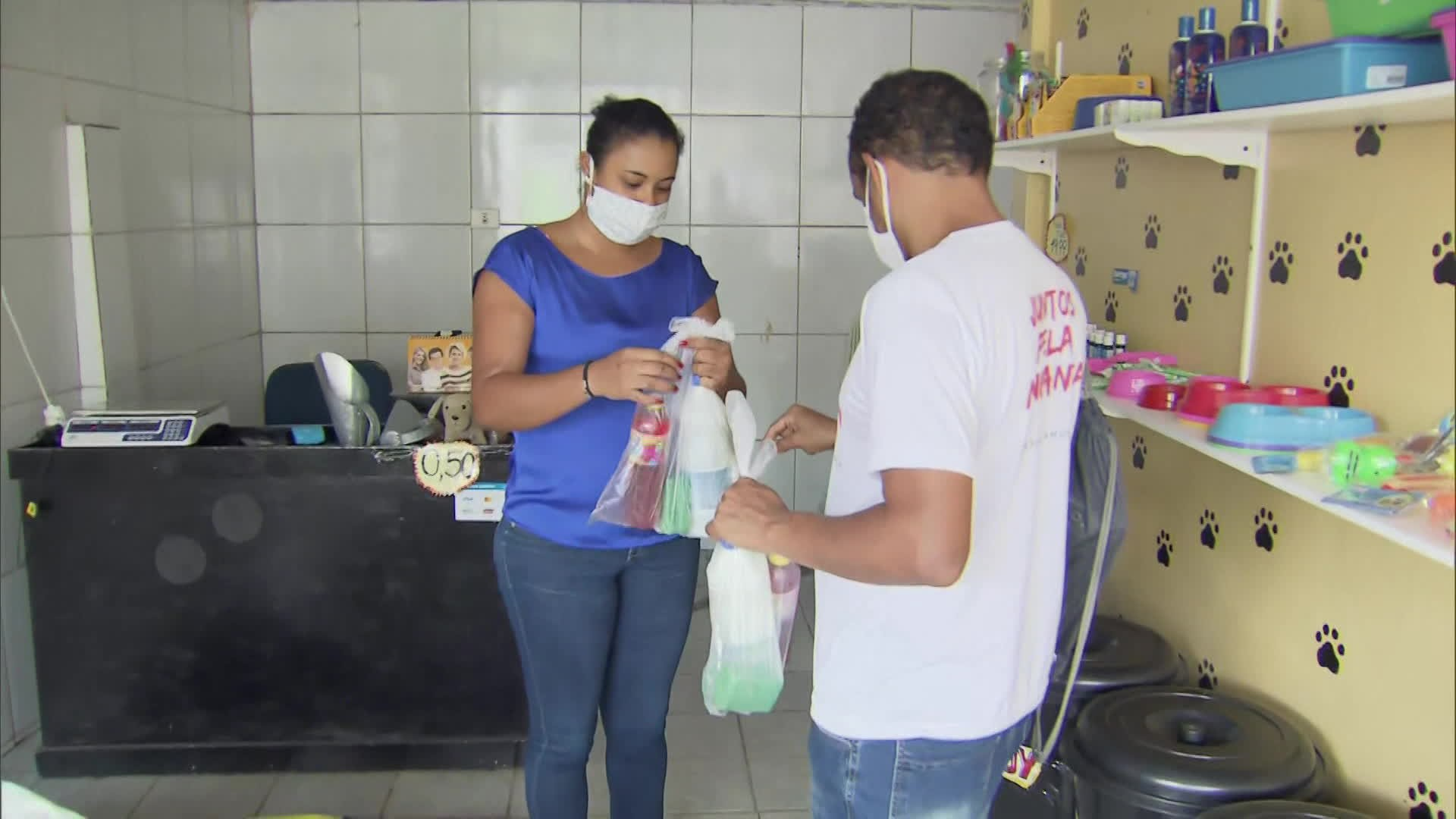 Moradores de comunidades do Recife se unem para entregar kits de limpeza a comerciantes