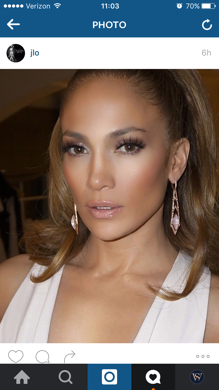 JLo recently posted this Instagram of herself wearing Stephen Webster pendant earrings (Foto: @SuzyMenkesVogue)