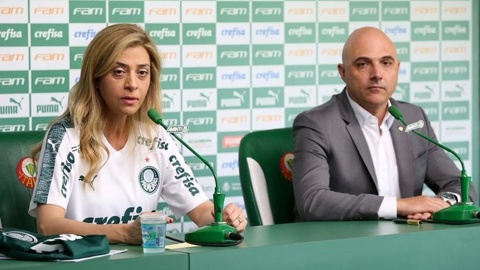 Leila Pereira e Mauricio Galiotte celebram continuidade de parceria no Palmeiras — Foto: Fabio Menotti / Divulgação Palmeiras