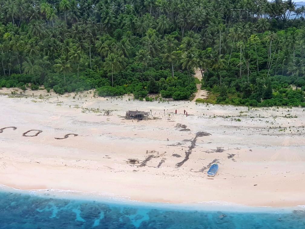 Três homens foram localizados na praia de Pikelot, na Micronésia, no domingo (2)  — Foto: Australian Defence Force via AP