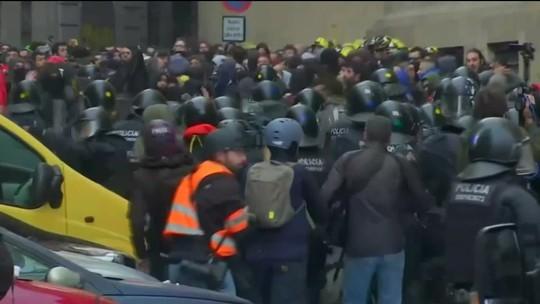 Manifestantes e policiais entram em confronto durante protestos em Barcelona