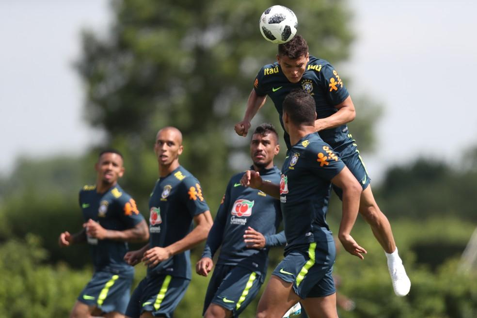 Thiago Silva sobe para cabecear no último treino da Seleção em Londres (Foto: Lucas Figueiredo/CBF)