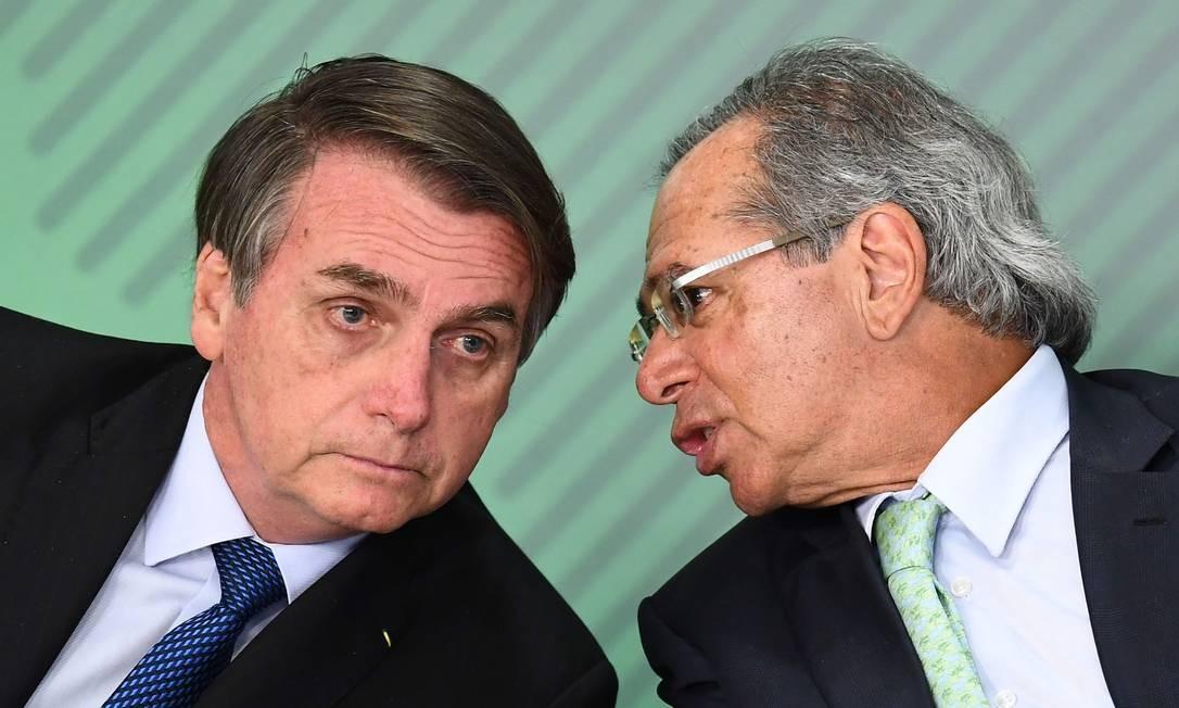 O presidente Jair Bolsonaro e o ministro da Economia, Paulo Guedes, durante cerimônia no Palácio do Planalto