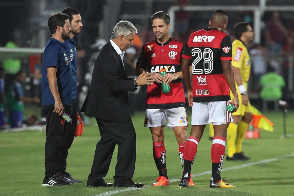 Diego ouve Rueda durante o primeiro tempo da vitória sobre o Bahia (Foto: Gilvan de Souza/Flamengo)