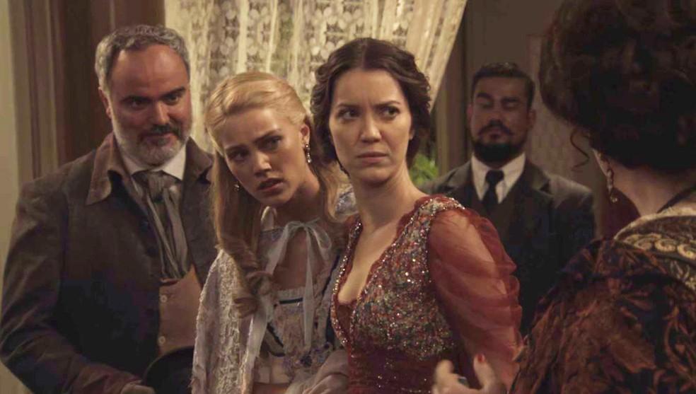 Elisabeta e Jane não acreditam no que está acontecendo: querem leiloar as jovens Benedito!  (Foto: TV Globo)