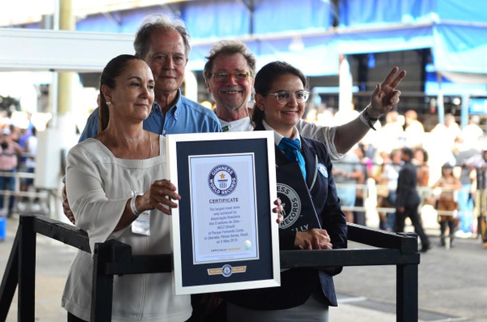 Raquel Assis, adjudicadora do Guinness Book garantindo que Uberaba entrou para o Livro dos Recordes — Foto: Maria Gabryella Ribeiro/Divulgação