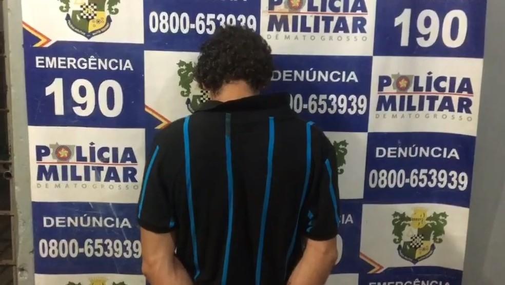Homem foi preso e levado para a delegacia — Foto: Polícia Militar/Divulgação