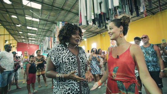 Margareth Menezes acompanha Renata num passeio pelo Mercado Iaô