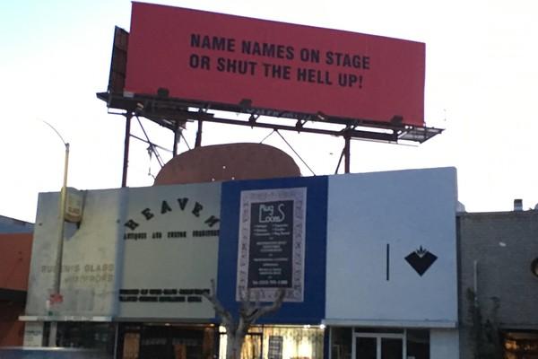 Mensagens expostas pelo artista Sabo em Hollywood (Foto: Reprodução)