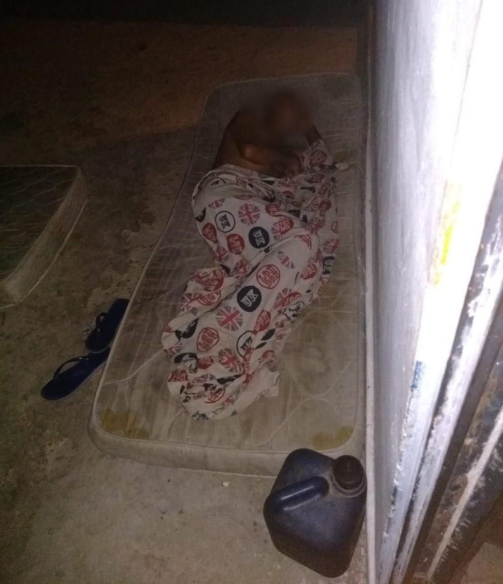 Trabalhadores vivam em local sem banheiros ou camas em carvoaria no Sul do Piauí — Foto: Divulgação