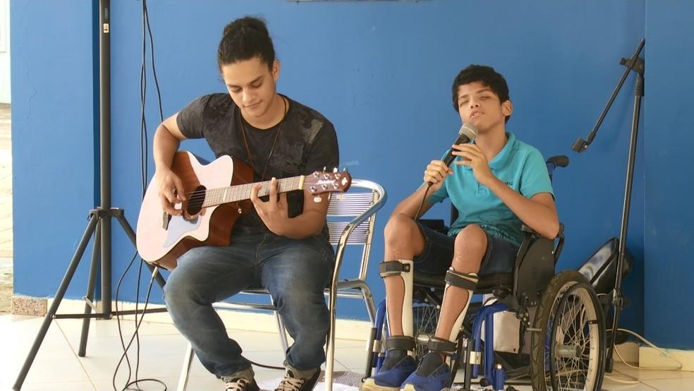 Paulinho canta música de Alok no Centro de Ariquemes — Foto: Jeferson Carlos/G1