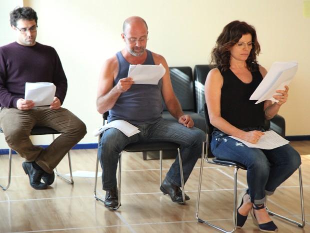 Débora Bloch concentradíssima na leitura com os colegas de elenco (Foto: Rai Junior/Gshow)
