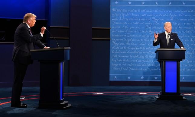 Donald Trump e Joe Biden se interromperam várias vezes ao longo do primeiro debate presidencial