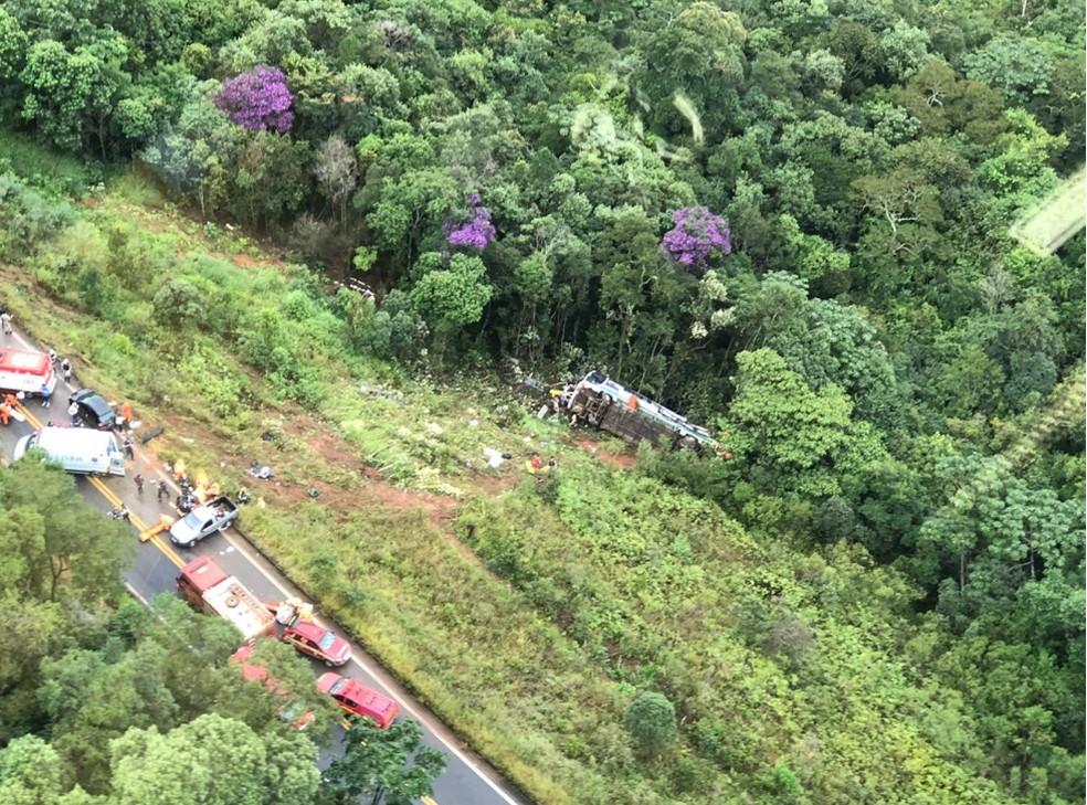 Ônibus despencou em ribanceira na MG-129, em Ouro Preto, na Região Central de Minas Gerais, nesta segunda-feira (8) — Foto: Cristiane Leite/ TV Globo