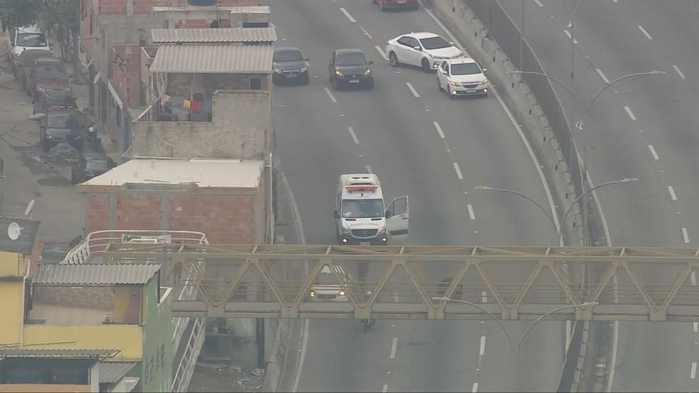 Com medo, motorista deixa ambulância — Foto: Reprodução/TV Globo