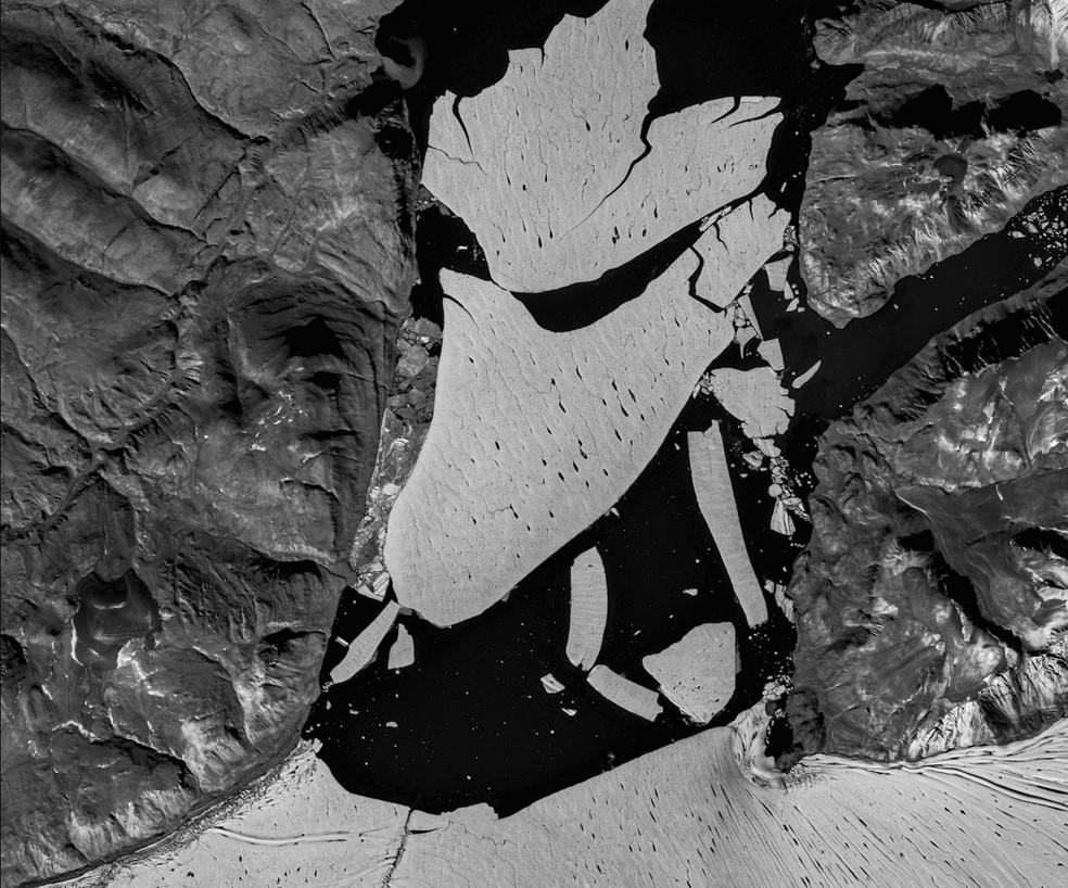 Imagem de satélite mostra um enorme pedaço de gelo que se soltou da geleira Spalte, no nordeste da Groenlândia, no início de agosto de 2020 — Foto: EU Copernicus; GEUS/Divulgação via Reuters