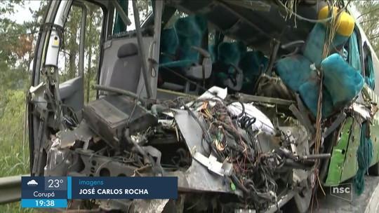 Identificadas vítimas que morreram no acidente entre ônibus e carreta na BR-470 em SC