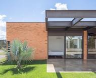 Casa térrea mescla a arquitetura moderna com a vernacular brasileira