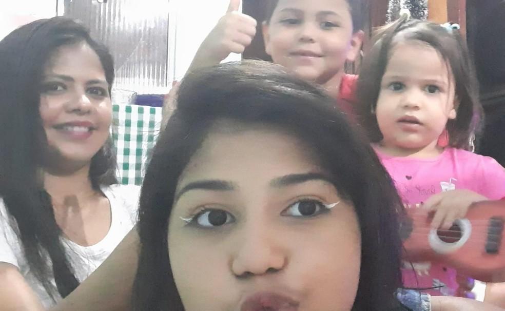 Nayara Araújo e os três filhos pequenos; recepcionista ficou desempregada na pandemia e com a inflação alta precisou mudar os hábitos alimentares da família, da compra ao preparo — Foto: Arquivo Pessoal