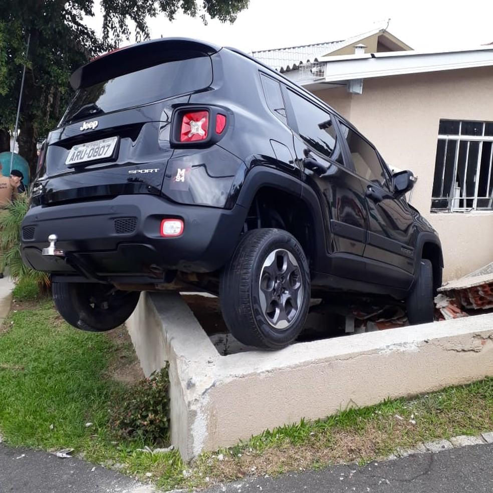 Motorista perde controle ao fugir da polícia e carro invade casa, em Curitiba. — Foto: Divulgação/PMPR