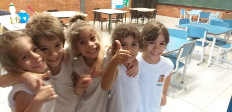 Quíntuplos são apaixonados pela escola e não veem a hora de rever seus amiguinhos — Foto: Arquivo Pessoal