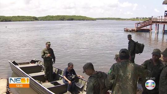 Fuzileiros navais limpam locais com vestígios de óleo em Sirinhaém, no Litoral Sul de Pernambuco