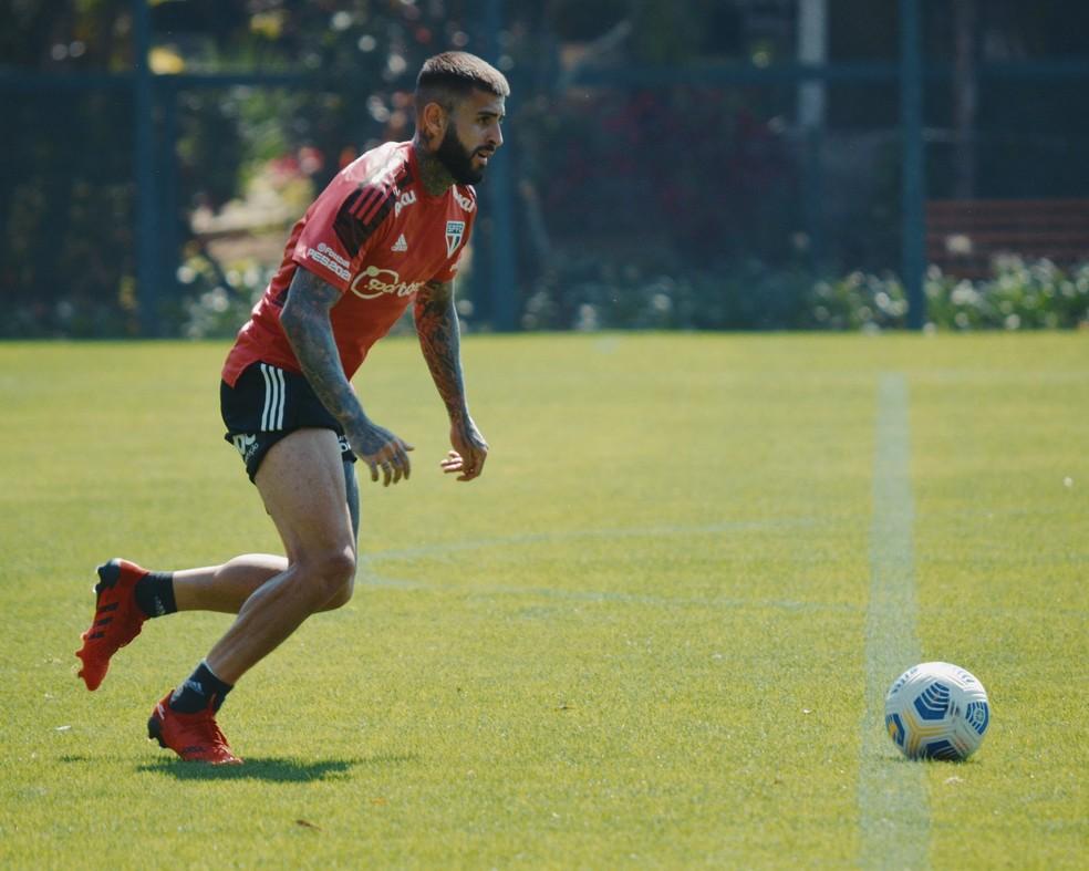 Liziero e o São Paulo treinaram com bola na reapresentação desta quinta-feira — Foto: Fellipe Lucena / saopaulofc