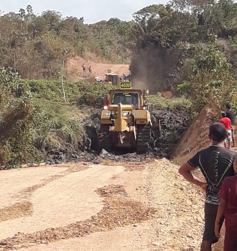 Em novembro de 2018, a Mineradora Aurizona trabalhou no mesmo dia do deslizamento para desobstruir a via que leva ao Povoado Aurizona, em Godofredo Viana — Foto: Neto Weba