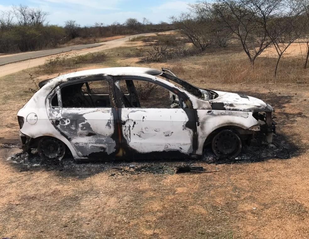 Carro foi encontrado na comunidade de Gameleira, zona rural de Patu     (Foto: PM/Divulgação)