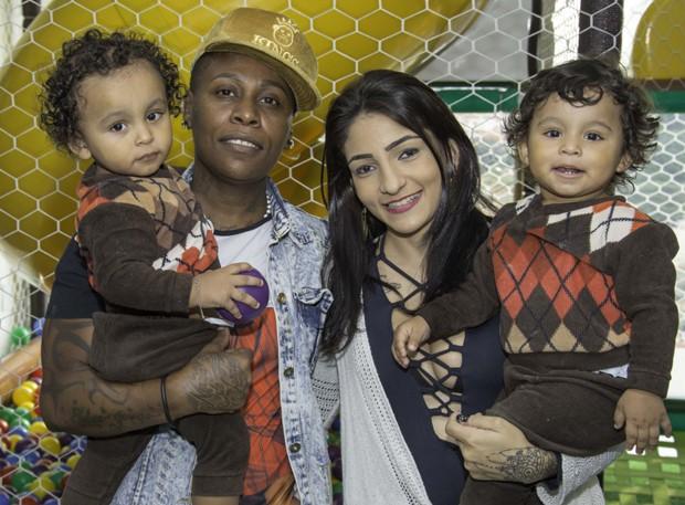 Pepê e a mulher, Thalyta Santos, com os filhos, João Gael e Enzo Fabiano (Foto: Cauê Garcia / CG1 Comunicação)