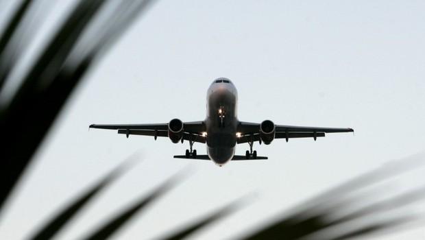 Avião prepara para pousar em aeroporto de Guarulhos, em São Paulo (Foto: Paulo Whitaker/Reuters)