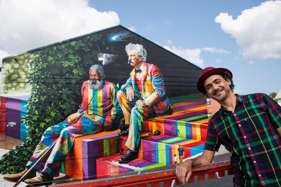 Eduardo Kobra pinta mural sobre a amizade de Mark Twain e John T. Lewis em Buffalo — Foto: Brenda Turteltaub/Divulgação