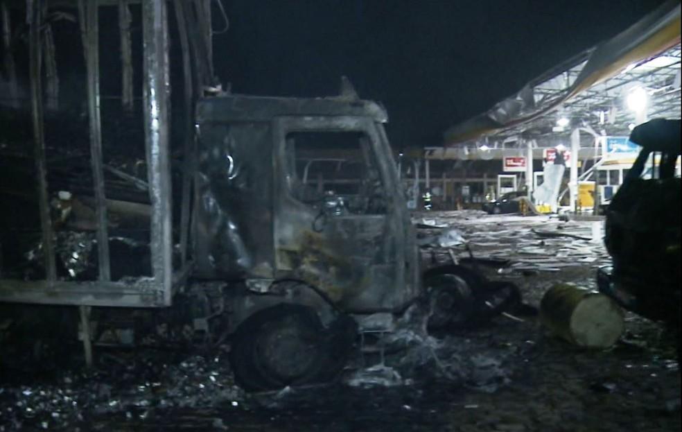 Estragos após explosão de caminhão em posto de combustíveis em Rio Claro — Foto: Reprodução/EPTV