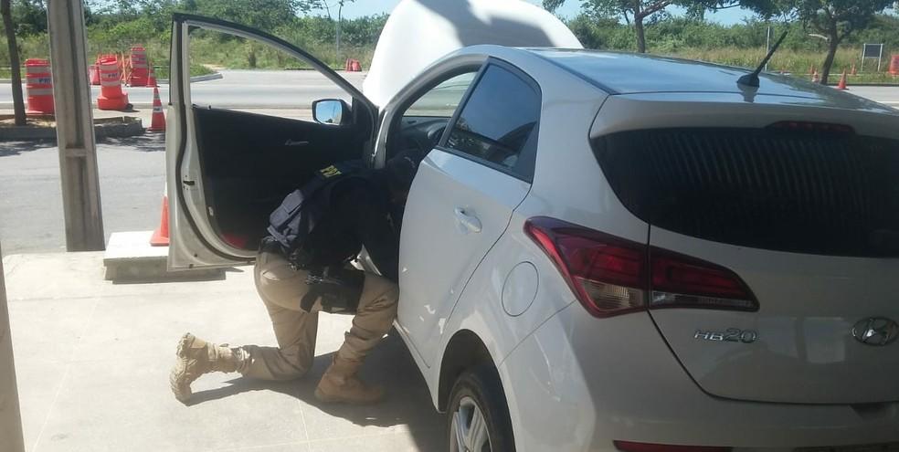 Foragido da Justiça estava dentro de um carro roubado  (Foto: Divulgação/PRF)