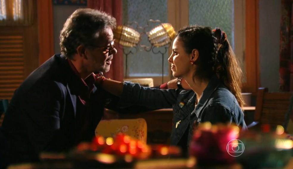 Duque (Jean Pierre Noher) e Amaralina (Sthefany Brito) têm conversa emocionante como avô e neta - 'Flor do Caribe' — Foto: Globo