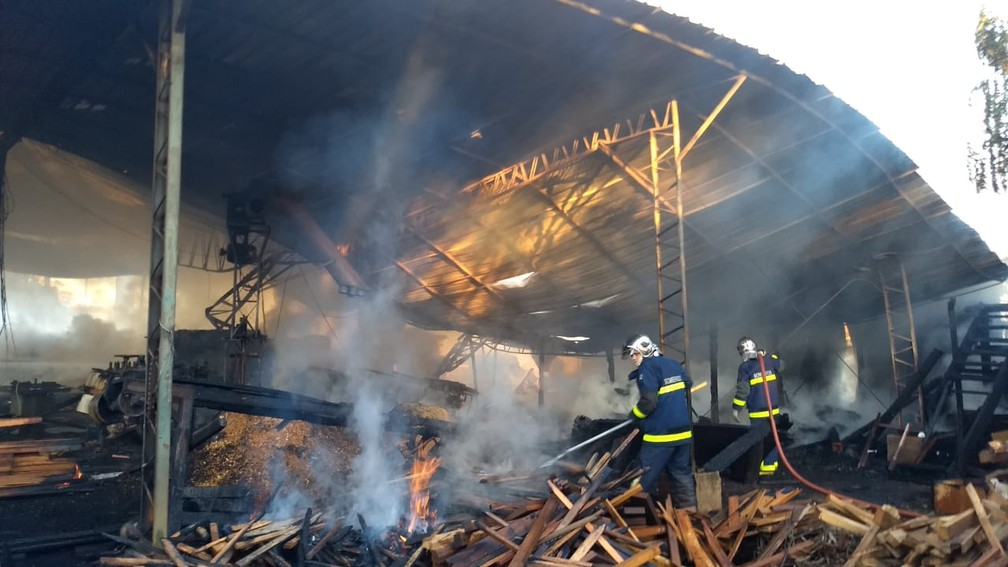 Bombeiros tentam controlar as chamas — Foto: Alberto D'angele/RPC
