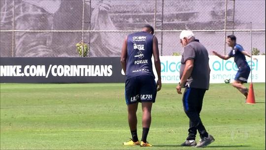 Jô dá susto, sente dores na perna e deixa treino do Corinthians mais cedo