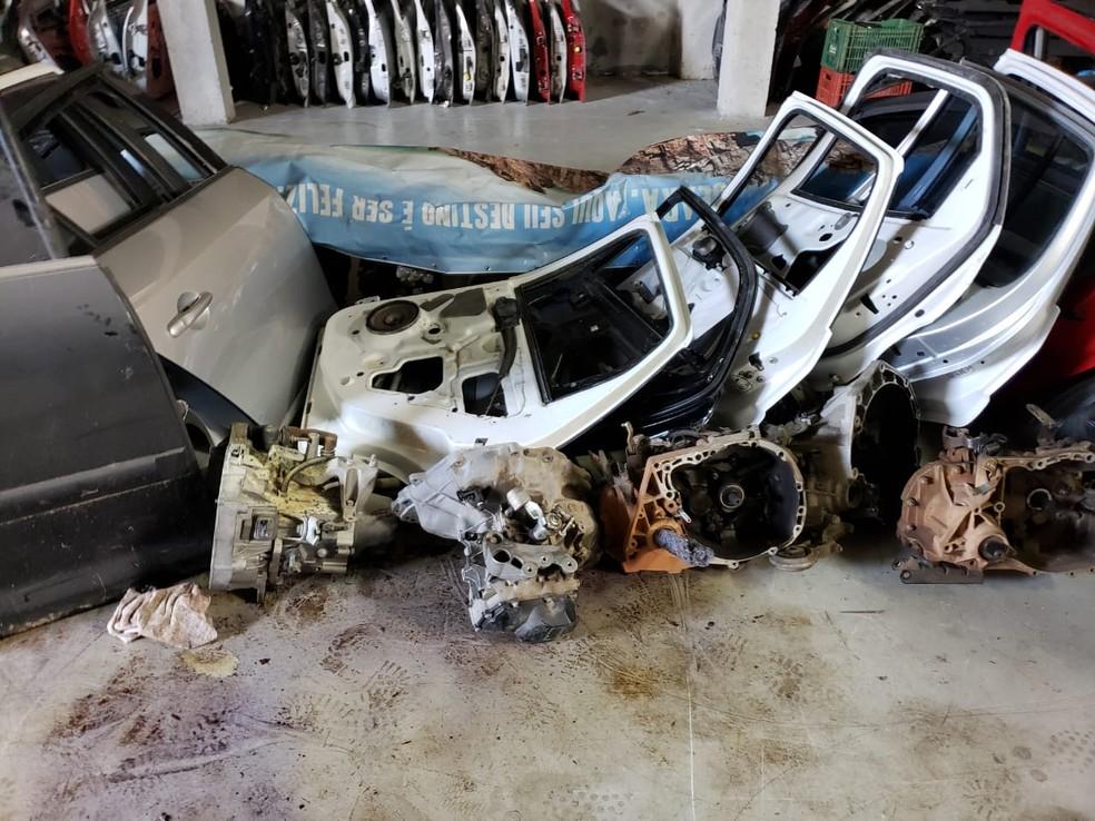 933a25f42c351 ... em Policiais apreenderam peças e motores de veículos roubados ou  furtados em um depósito clandestino