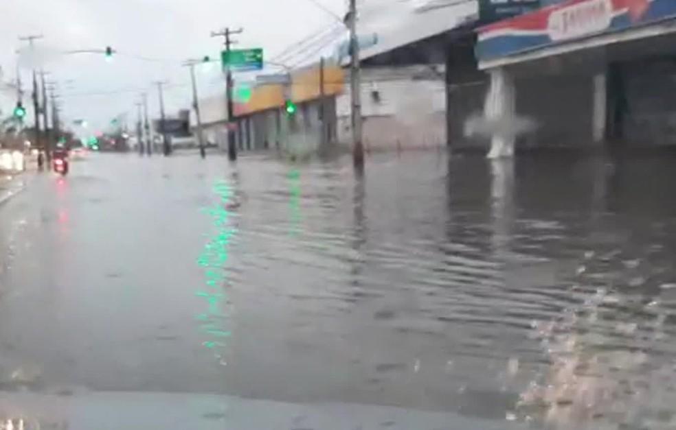 Avenida Mascarenhas de Moraes, na Zona Sul do Recife, tinha pontos de alagamento por volta das 6h desta sexta-feira (3) — Foto: Everaldo Silva/TV Globo