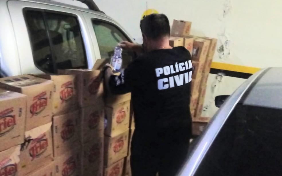 Caixas de álcool gel apreendidas em Goiânia, Goiás — Foto: Polícia Civil/Reprodução