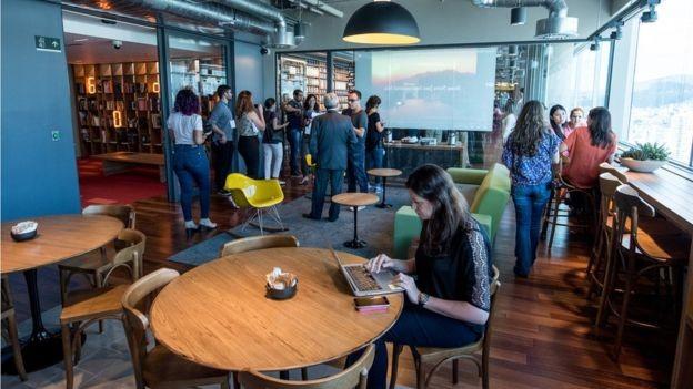 No Centro de Engenharia do Google em Belo Horizonte, novas contratações em um setor onde a expansão é mais consistente (Foto: Divulgação via BBC News Brasil)