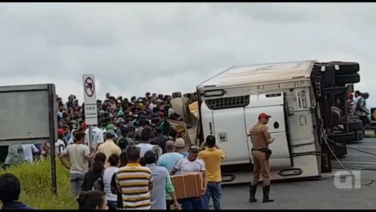 Carreta com 27 toneladas de carne tomba, e carga é saqueada por 2 mil pessoas, diz PRE; VÍDEO