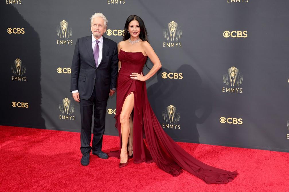 Michael Douglas e Catherine Zeta Jones chegam ao Emmy 2021 — Foto: Rich Fury/Getty Images North America/Getty Images via AFP