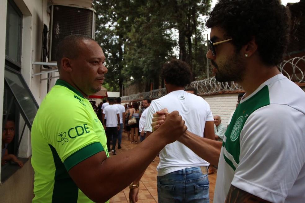 À esquerda, tio de Wallace, Alberto Campos, recebe apoio de atleta do Guarani durante velório em Ribeirão Preto (SP) (Foto: Cleber Akamine)