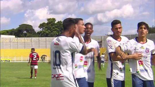 De família rubro-negra, jovem faz gol contra o Fla, homenageia avô falecido e faz mãe chorar; vídeo