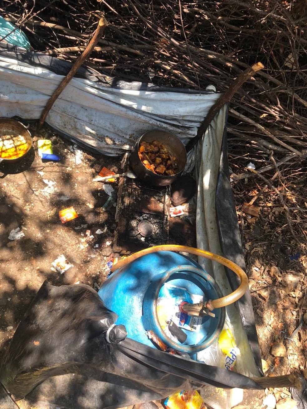 Foram achados botijão de gás, panelas e redes para acampamento e descanso do trio — Foto: SSP/Divulgação